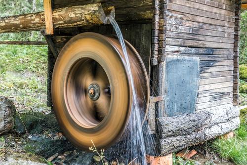 Poster Molens Mühlrad einer Wassermühle mit Wasser in Langzeitbelichtung aufgenommen