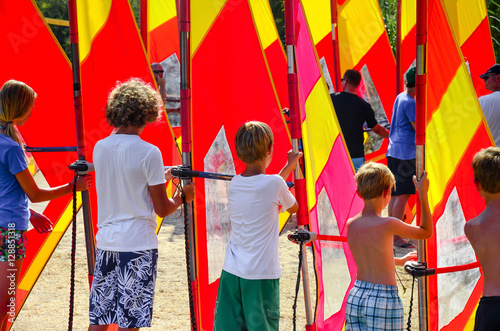 Surfschule/Kinder beim Windsurfunterricht