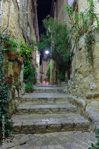 ulica-w-starej-wiosce-tourrettes-sur-loup-przy-noca-francja