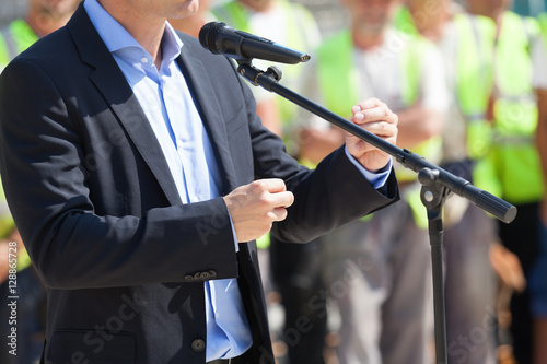Foto Businessman or politician is giving a speech