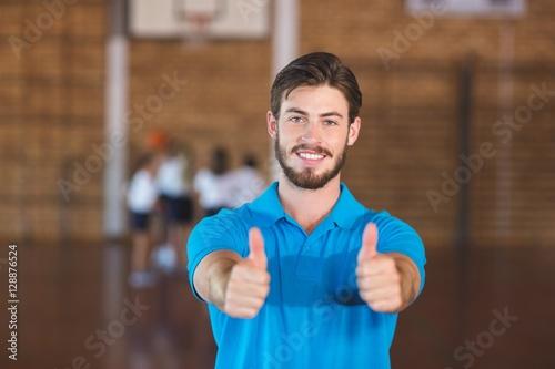 Zdjęcie XXL Portret pokazuje kciuki nauczyciela sporta