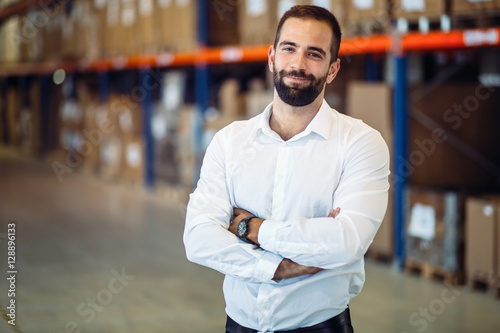 Photo  Logistics manager posing in warehouse