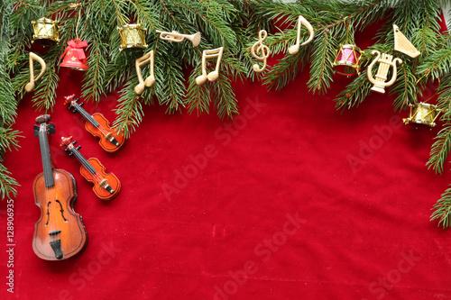 Zdjęcie XXL Nuty, instrumenty na choince brunch na czerwonym aksamicie