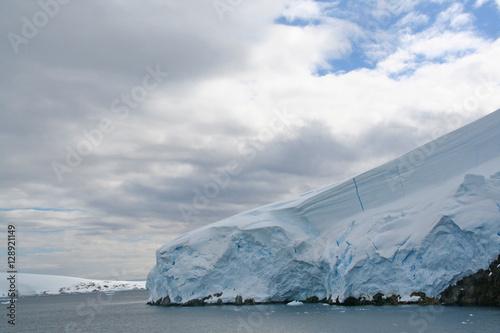 Foto op Plexiglas Arctica Detail, glacier flowing into ocean