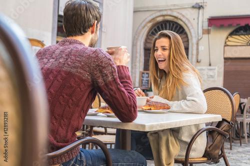 Fotografía  Beautiful couple drinking coffee on a date