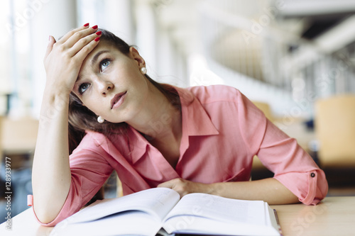 Fotografia Female student studying in library