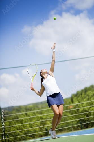 Beautiful female tennis player serving Tableau sur Toile