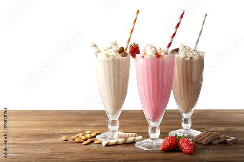 Montage in der Fensternische Milch / Milchshake Delicious milkshakes on white background