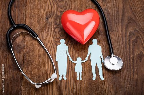 czerwone-serce-i-stetoskop-na-biurku