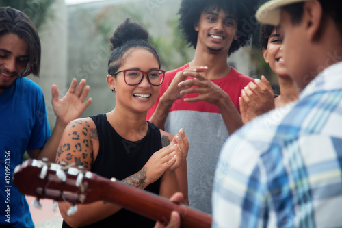 Foto Young people listening to a concert of a musician