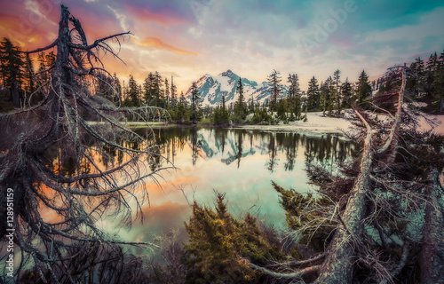 Photo Stands Reflection mt. Shuksan with reflection on picture lake,Washington,usa.