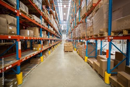 Fotografía  Boxes kept on shelves in the warehouse