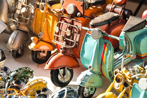 Montage in der Fensternische Scooter miniatures of italian vespa