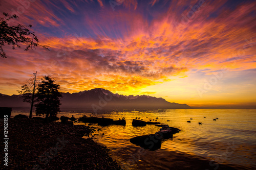 Foto auf AluDibond Aubergine lila Mountains and a lake with sunset