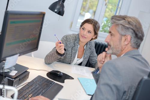 Fotografía  man dealing with a financial adviser at the bank