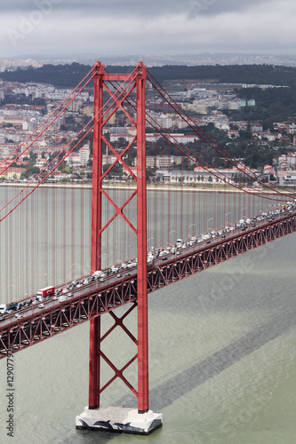 czerwony-most-25-kwietnia-dwupoziomowy-drogowo-kolejowy-most-wiszacy-portugalia