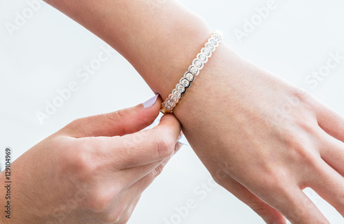 Fotografía  beautiful bracelet with diamonds and pearls on the hand of the bride