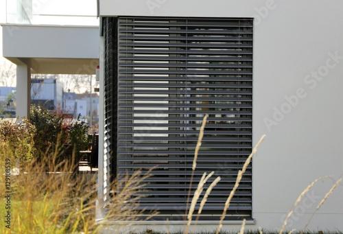 Fotografie, Obraz  Dunkle Jalousie an neuem Haus