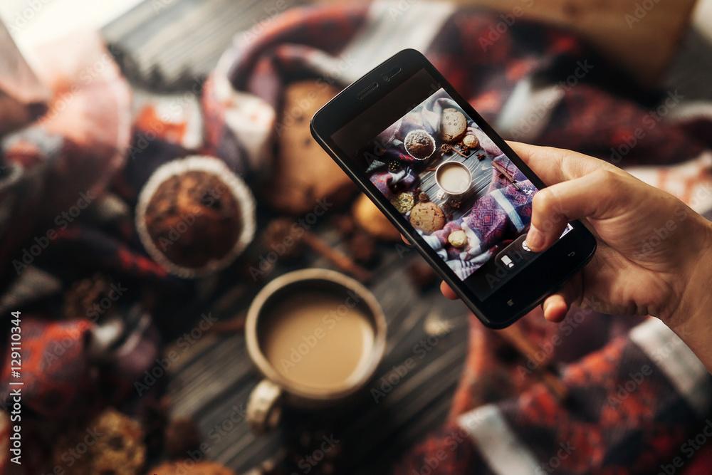 Fototapety, obrazy: instagram photography blogging workshop concept. hand holding ph