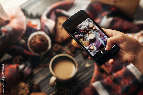 Obraz instagram photography blogging workshop concept. hand holding ph - fototapety do salonu