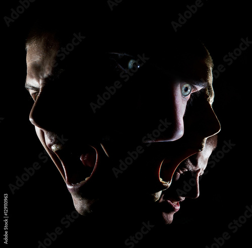 Photo Dark portrait of a man with green eyes concept anger agony disheartened force