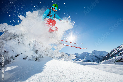 Poster Glisse hiver Freeride skier jumping from rock