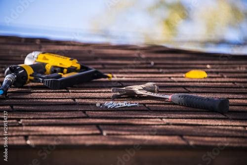 Obraz na płótnie Roof shinlge repair with nile gun and hummer