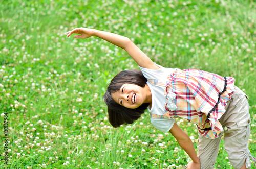 Fotografie, Obraz  芝生広場で体操する女の子