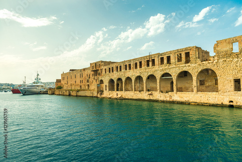 Photo  great view of Maltese fort wall with arches in Valletta
