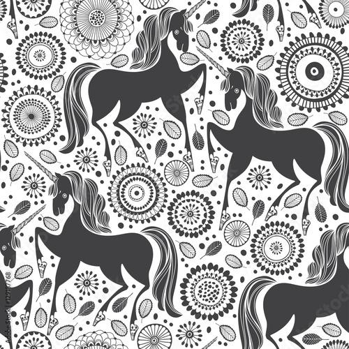 Stoffe zum Nähen Märchenhafte Muster mit Einhörnern auf einem floralen Hintergrund. Schwarz / Weiß-Vektor-Illustration.