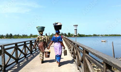 Türaufkleber Afrika African Women Afrika Frauen afrikanische frauen senegal Tragen kopf balance balancieren