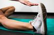 ragazza si allena in palestra facendo fitness, stretching e allungamenti