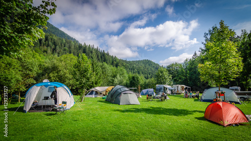Foto op Aluminium Kamperen Campeggio in mezzo ai boschi in Austria