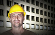 Freundlich lächelnder Arbeiter vor Baustelle