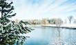 Zima śnieg. Jezioro zimową porą