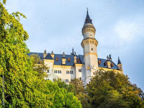 Foto auf AluDibond Schloss Neuschwanstein castle under cloudy sky