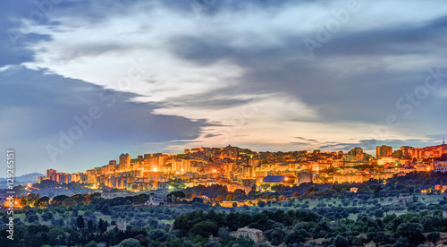 Photo View on Agrigento at night. Sicily