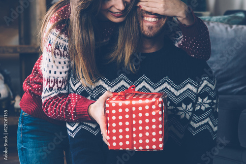 Woman giving Christmas gift to beloved Fototapete