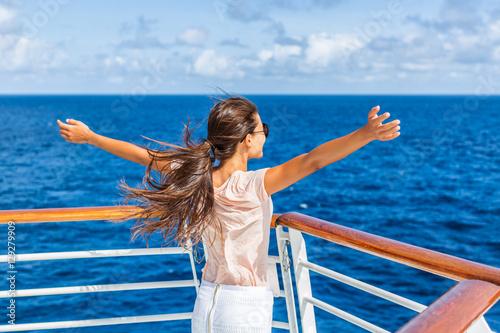 Fotografía  Cruise ship vacation woman enjoying travel vacation having fun at sea