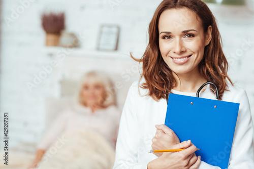 Fotografia  Professional doctor holding folder