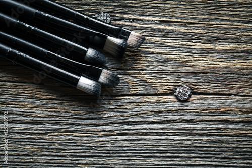 zestaw-pedzli-do-makijazu-na-drewniane-tla