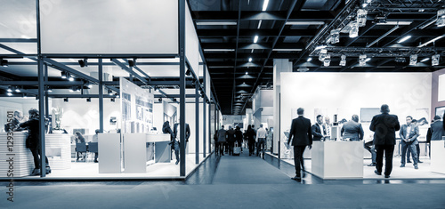 Photographie  Blurred business people trade fair stands