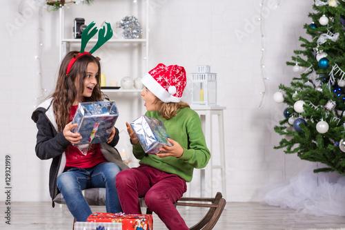 Regali Di Natale Fratello.Fratello E Sorella Che Stanno Per Aprire I Regali Di Natale Buy