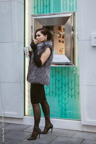 Junge Frau isst ein Hamburger Wallpaper Mural