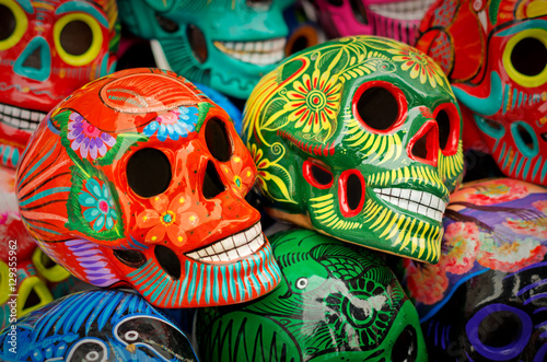 Montage in der Fensternische Mexiko Decorated colorful skulls at market, day of dead, Mexico