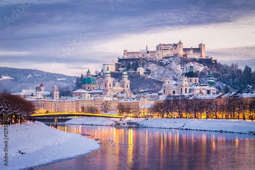 Fototapeta premium Klasyczny widok Salzburga w okresie Bożego Narodzenia w zimie, Austria