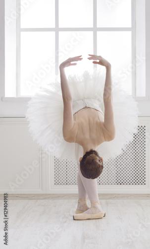 Fotografia Beautiful ballerine dance in ballet position, reverence