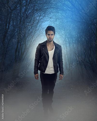 Fotografía  couverture d' un roman . beau vampire marchant dans la foret