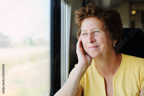 Fotografía  Portrait of beautiful 70 years old woman sitting in the train