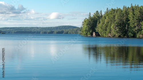 Photo  Cabin on a lake in Algonquin Provincial Park